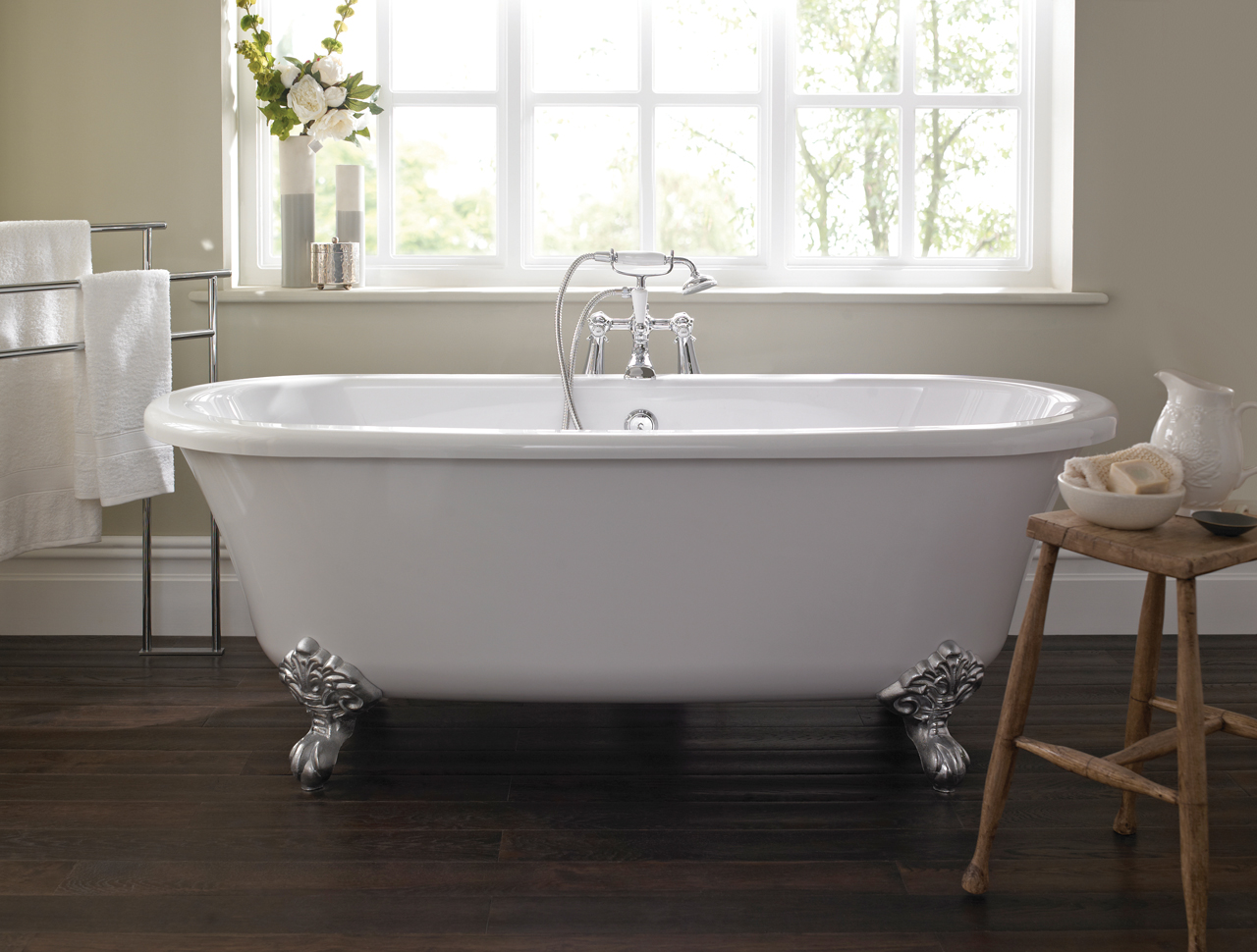 Traditional Roll Top Bath: Traditional Freestanding Roll Top Bath & Feet